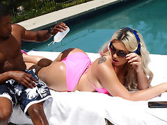 Assh Lee & Isiah Maxwell in Sunbathing Distraction - Brazzers