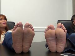 2 Models Show Off Their Wide Wrinkled Soles