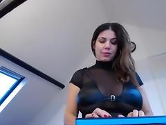 Kinky babe shows her bun on webcam